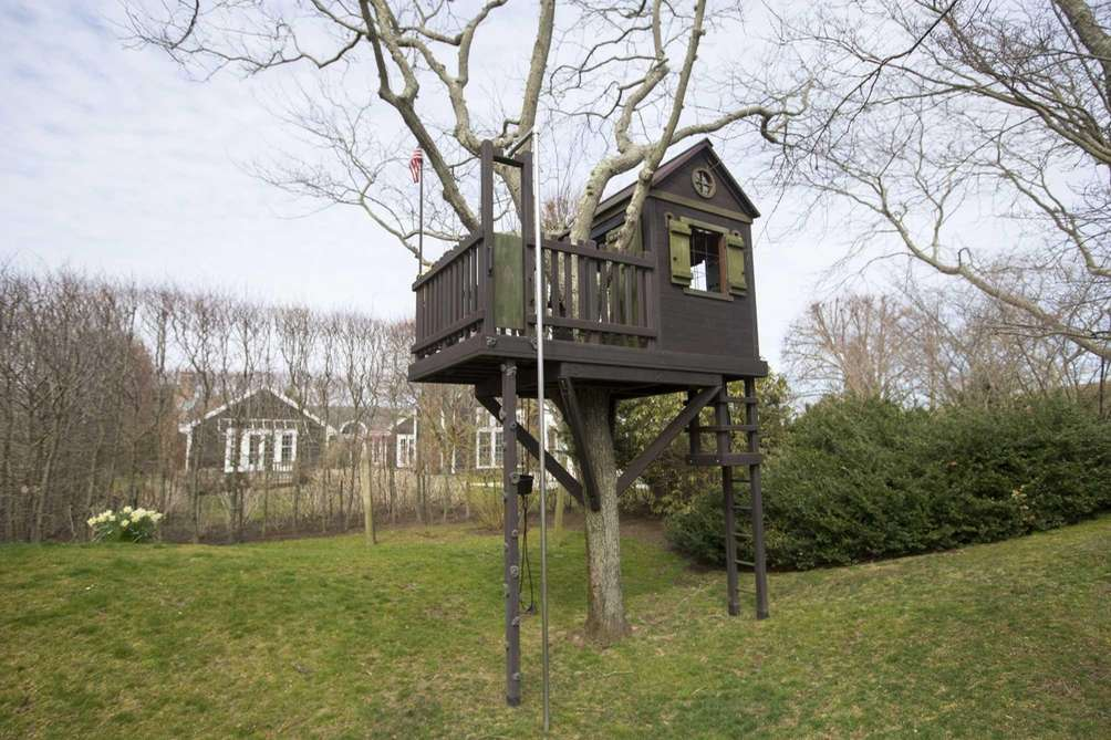 It's all kids play in this child's-scale treehouse
