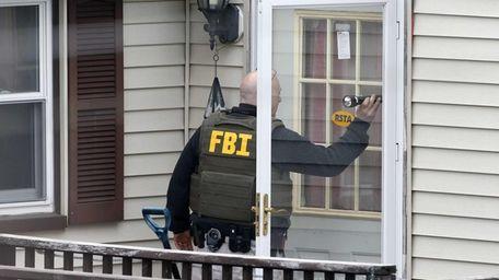 An FBI agent goes door-to-door evacuating residents of