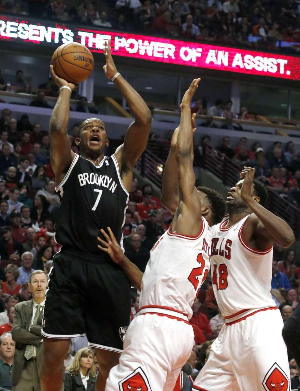 Joe Johnson (7) shoots over Chicago Bulls' Jimmy