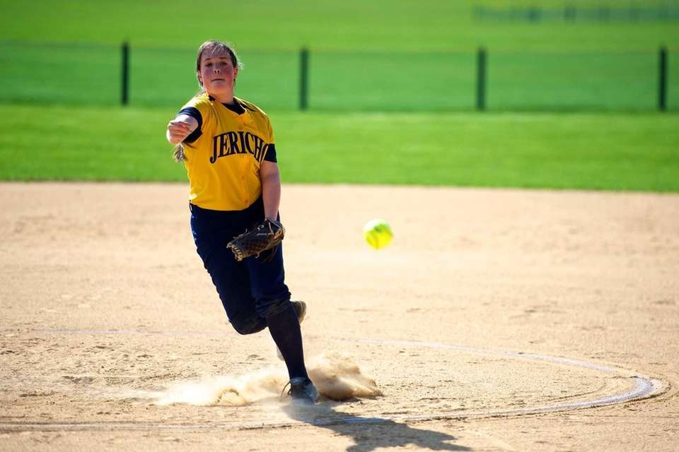 Jericho pitcher Lindsay Divack pitches in a game