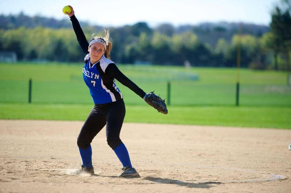 Roslyn pitcher Nicole Lang pitches in a game