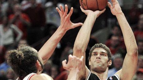 Chicago Bulls center Joakim Noah, left, tries to