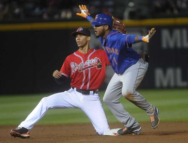 Mets center fielder Jordany Valdespin makes a safe