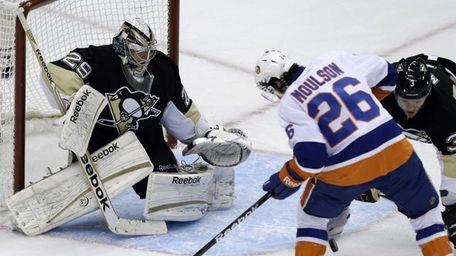 Islanders' Matt Moulson can't get his stick on