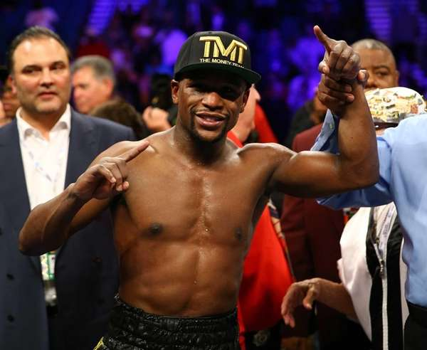 Floyd Mayweather Jr. celebrates his unanimous decision victory
