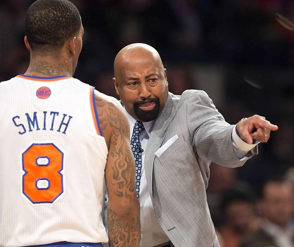 Mike Woodson talks to J.R. Smith during the