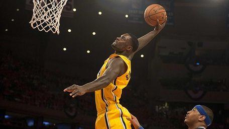 Knicks' Carmelo Anthony and Raymond Felton watch as