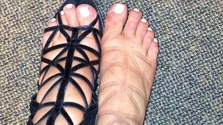Pregnant Kim Kardashian shows off her swollen feet