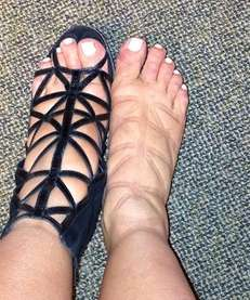 Pregnant Kim Kardashian shows off her swollen feet