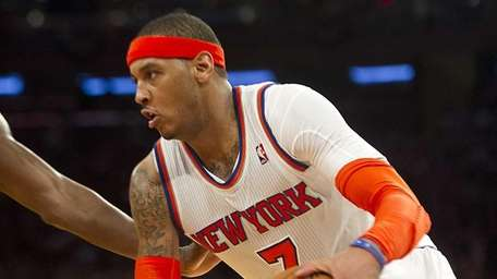 Knicks' Carmelo Anthony drives to the basket against