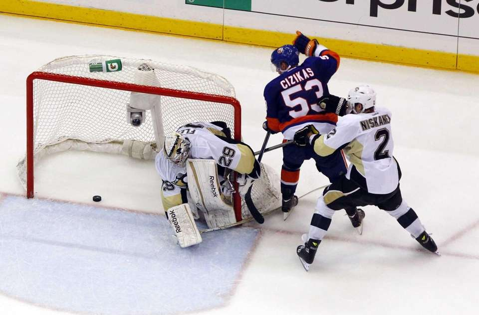 Casey Cizikas of the Islanders scores a third