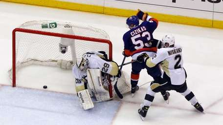 Casey Cizikas of the Islanders scores a third