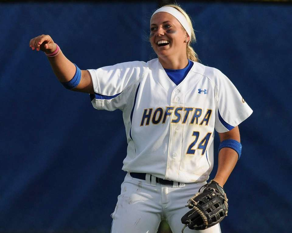 Hofstra RF Caryn Bailey acknowledges a tip of