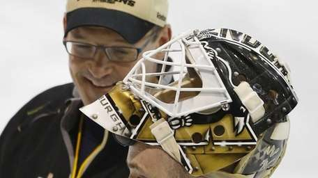 Pittsburgh Penguins goalie Tomas Vokoun, right, talks with