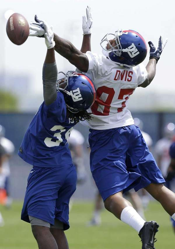 Giants wide receiver Marcus Davis, right, reaches for