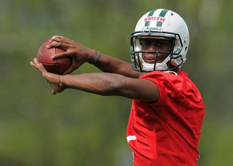 Jets quarterback Geno Smith throws a pass during