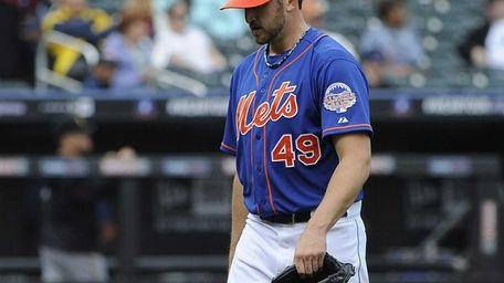 Mets starting pitcher Jon Niese leaves the field
