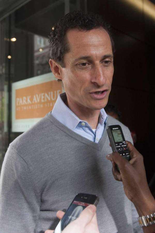 Anthony Weiner is questioned by the media in