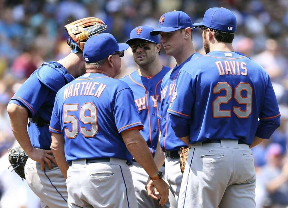 Mets pitching coach Dan Warthen has a meeting