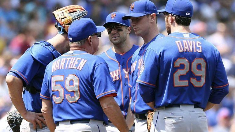 Mets pitching coach Dan Warthen has a meeting