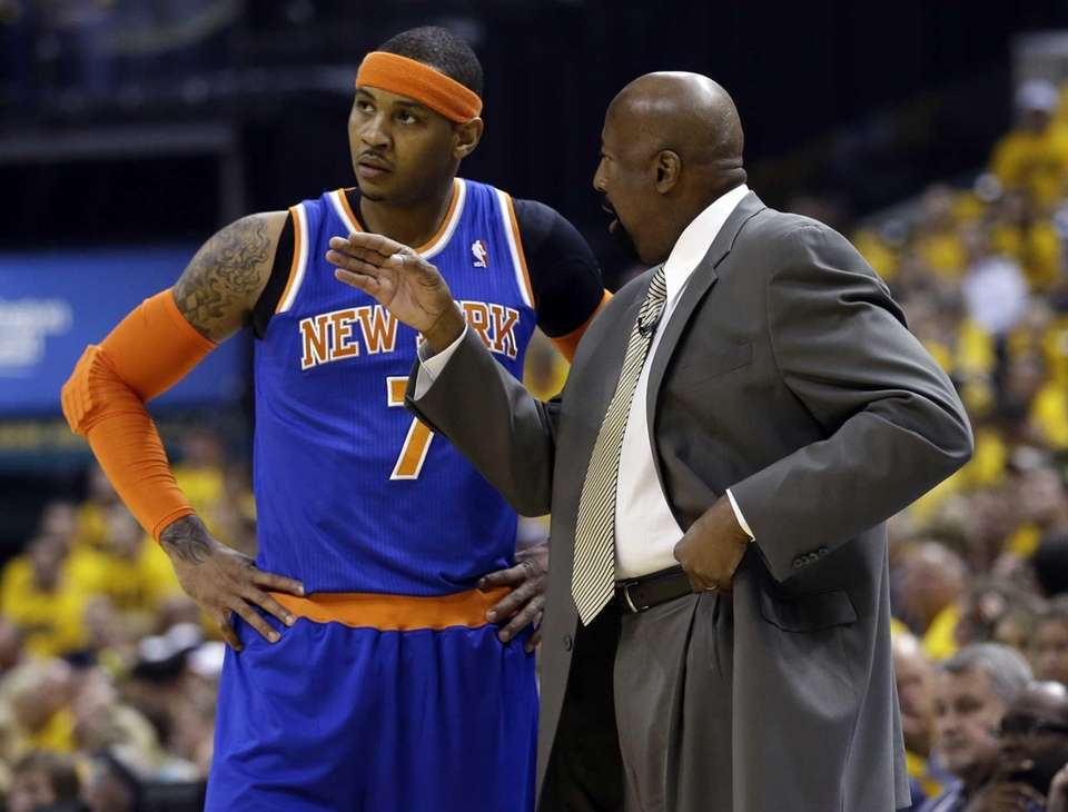 Knicks head coach Mike Woodson talks to Carmelo