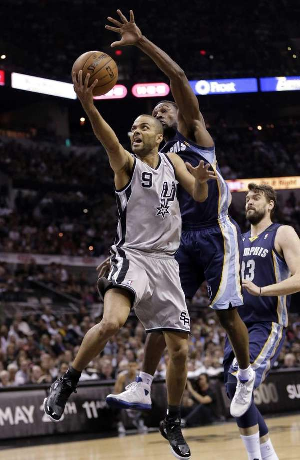 San Antonio Spurs guard Tony Parker (9) shoots