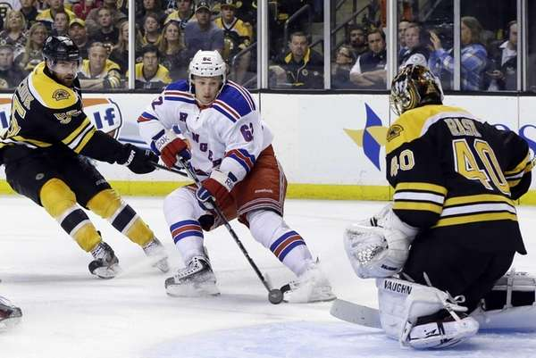 Carl Hagelin (62) beats Boston Bruins defenseman Johnny