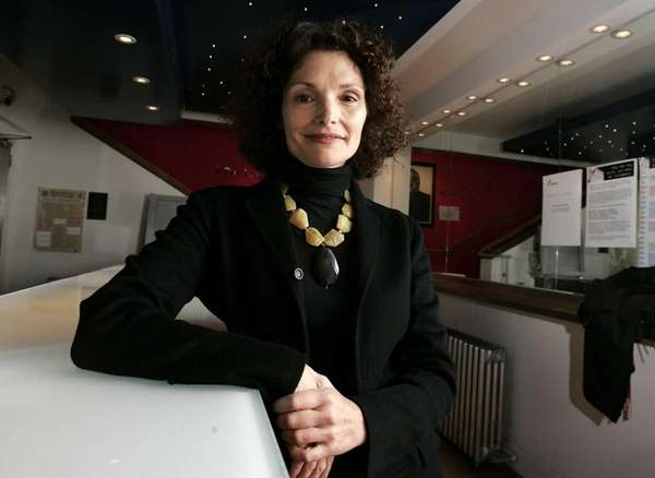 Mary Elizabeth Mastrantonio attends the artist-led volunteer committee