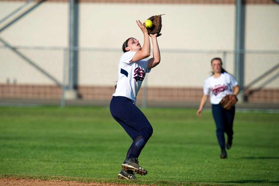 MacArthur shortstop Jena Cozza (9) makes a catch
