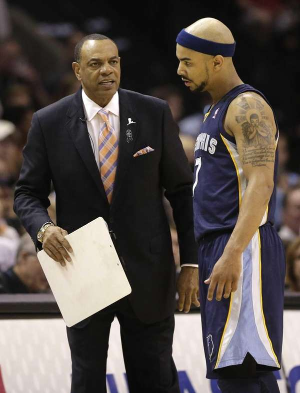 Memphis Grizzlies coach Lionel Hollins, left, talks to