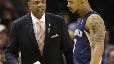 Memphis Grizzlies coach Lionel Hollins, left, talks to