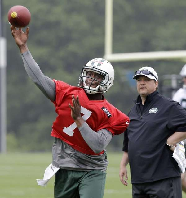 Marty Mornhinweg looks on as Geno Smith throws