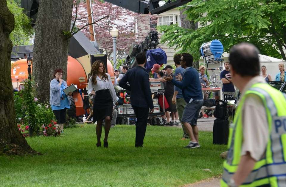 Tina Fey and Jason Bateman (in shorts) shoot