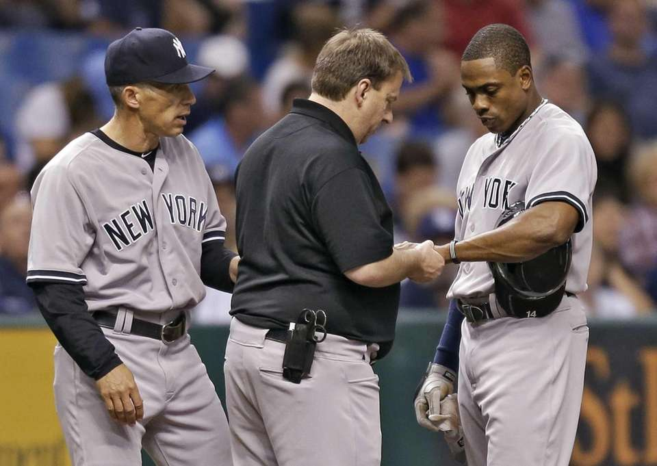Yankees manager Joe Girardi, left, and a trainer,