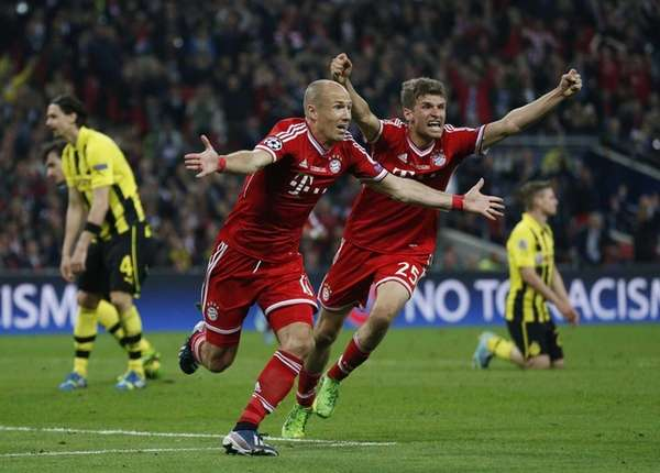 Bayern's Arjen Robben of the Netherlands, center left,