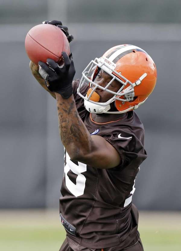 Cleveland Browns wide receiver Davone Bess catches a