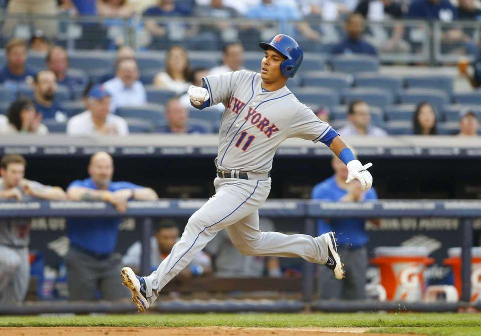 Ruben Tejada scores a run in the first