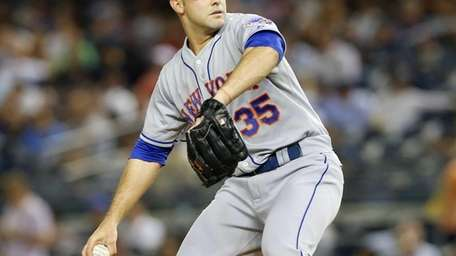 Dillon Gee of the Mets pitches in the