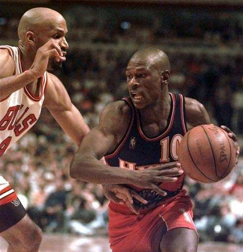 Atlanta Hawks' Mookie Blaylock drives against the Chicago
