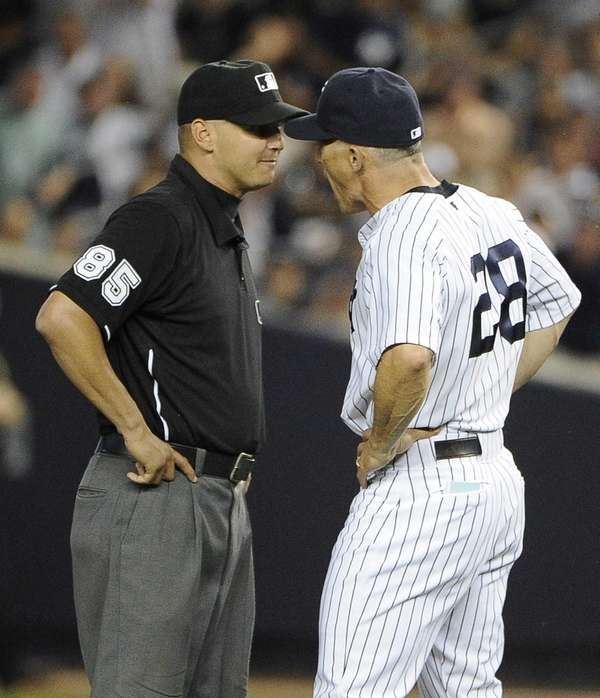 Yankees manager Joe Girardi argues a call with