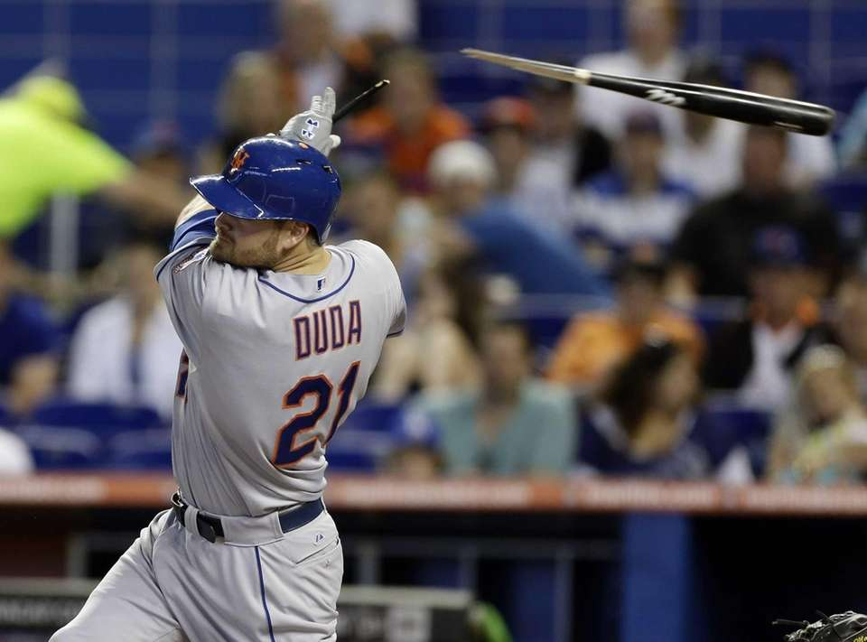 Mets batter Lucas Duda breaks his bat while