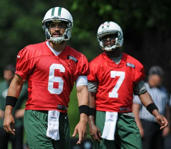Mark Sanchez and Geno Smith participate in team