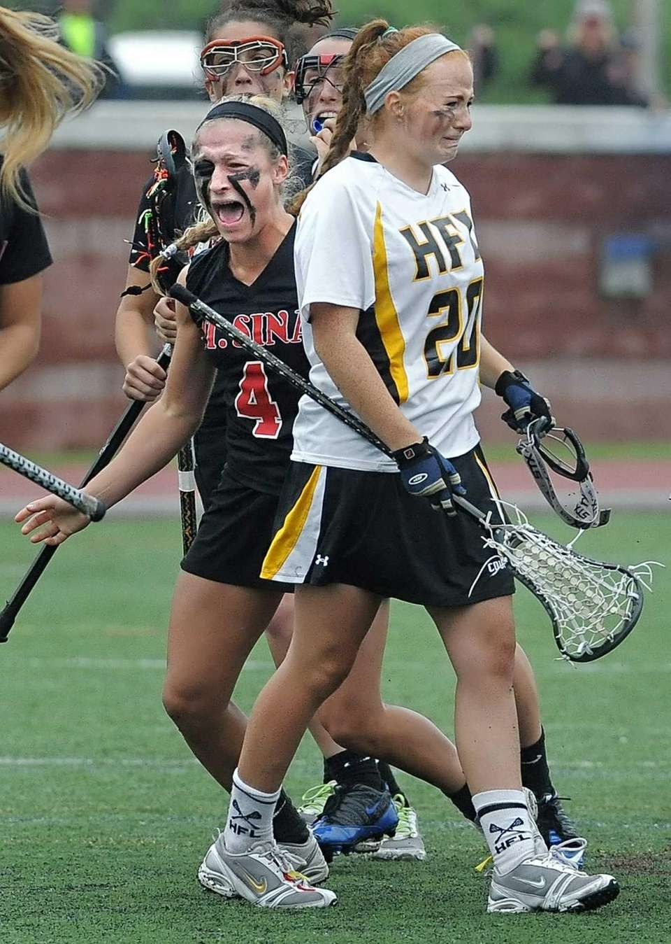 Mount Sinai's Sydney Pirreca, left, looks for teammates