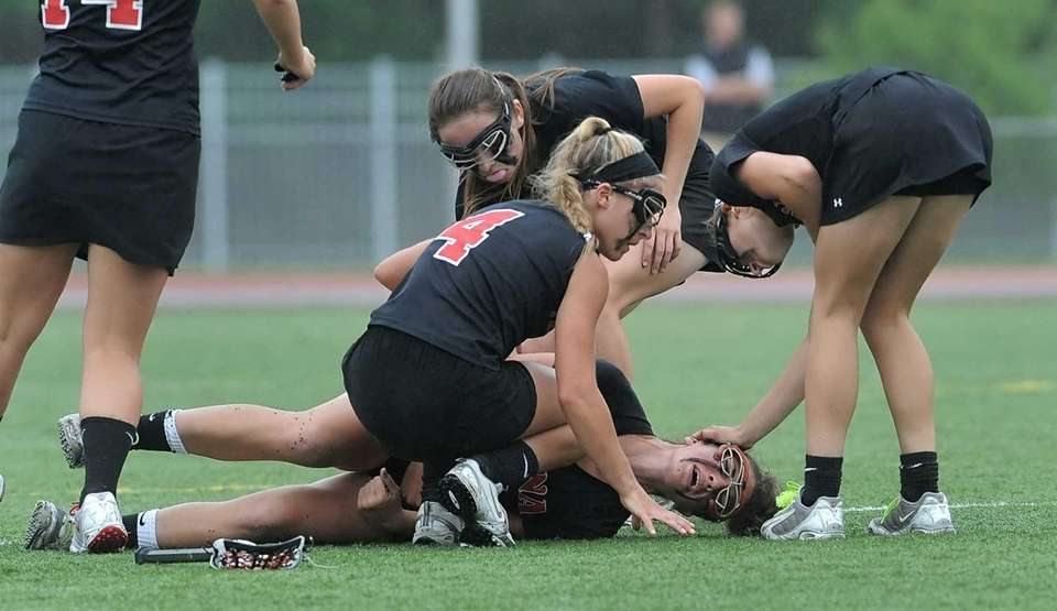 Mount Sinai's Marisa Colacino is comforted by teammates