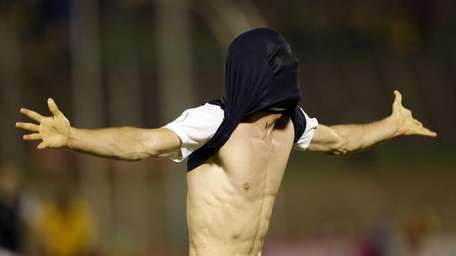 United States' Brad Evans covers his head with
