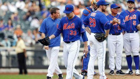Matt Harvey of the Mets leaves a game