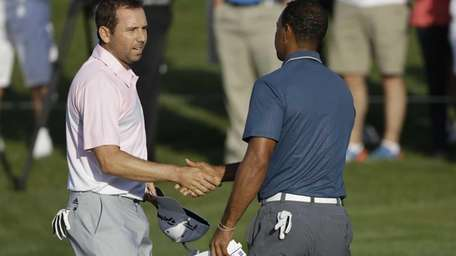 Sergio Garcia shakes hands with Tiger Woods at