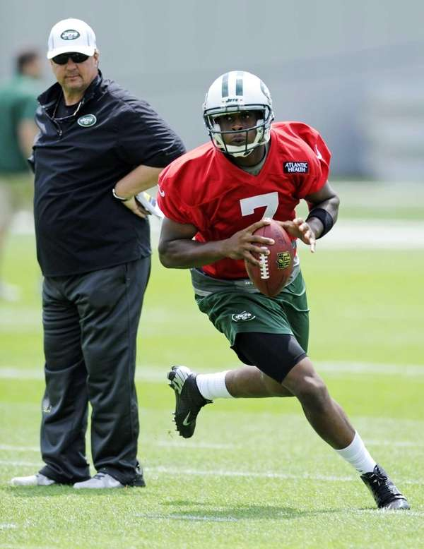 Jets offensive coordinator Marty Mornhinweg watches quarterback Geno