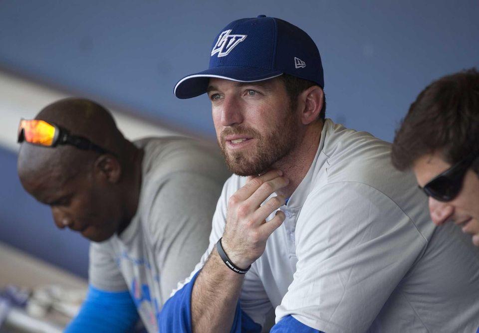 Mets first baseman Ike Davis, right, sits in