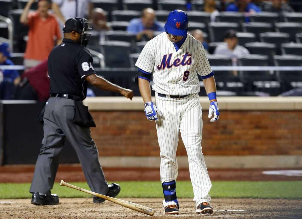 Kirk Nieuwenhuis of the Mets strikes out to